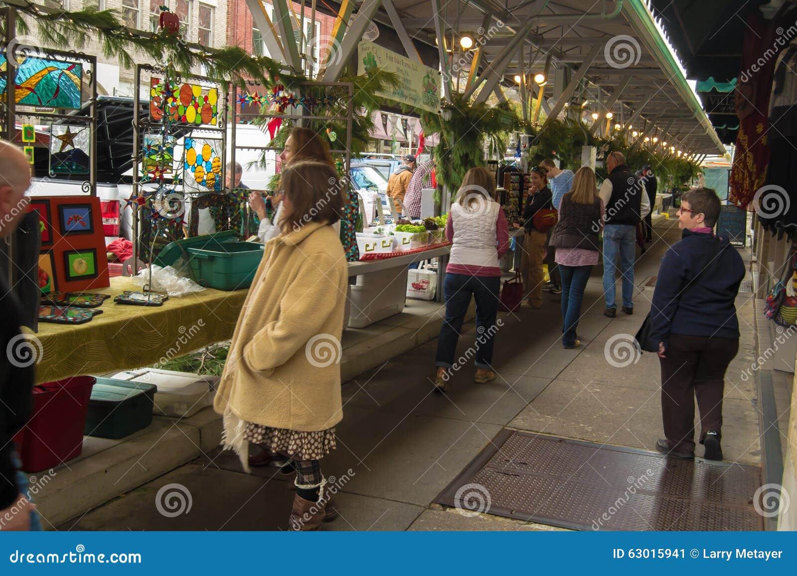 Compradores en el mercado histórico de los granjeros de Roanoke