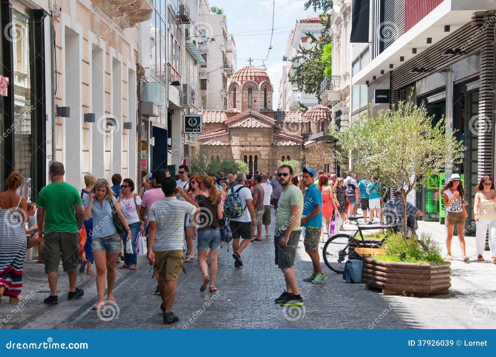 Comprando na rua de Ermou o 3 de agosto de 2013 em Atenas, Grécia.