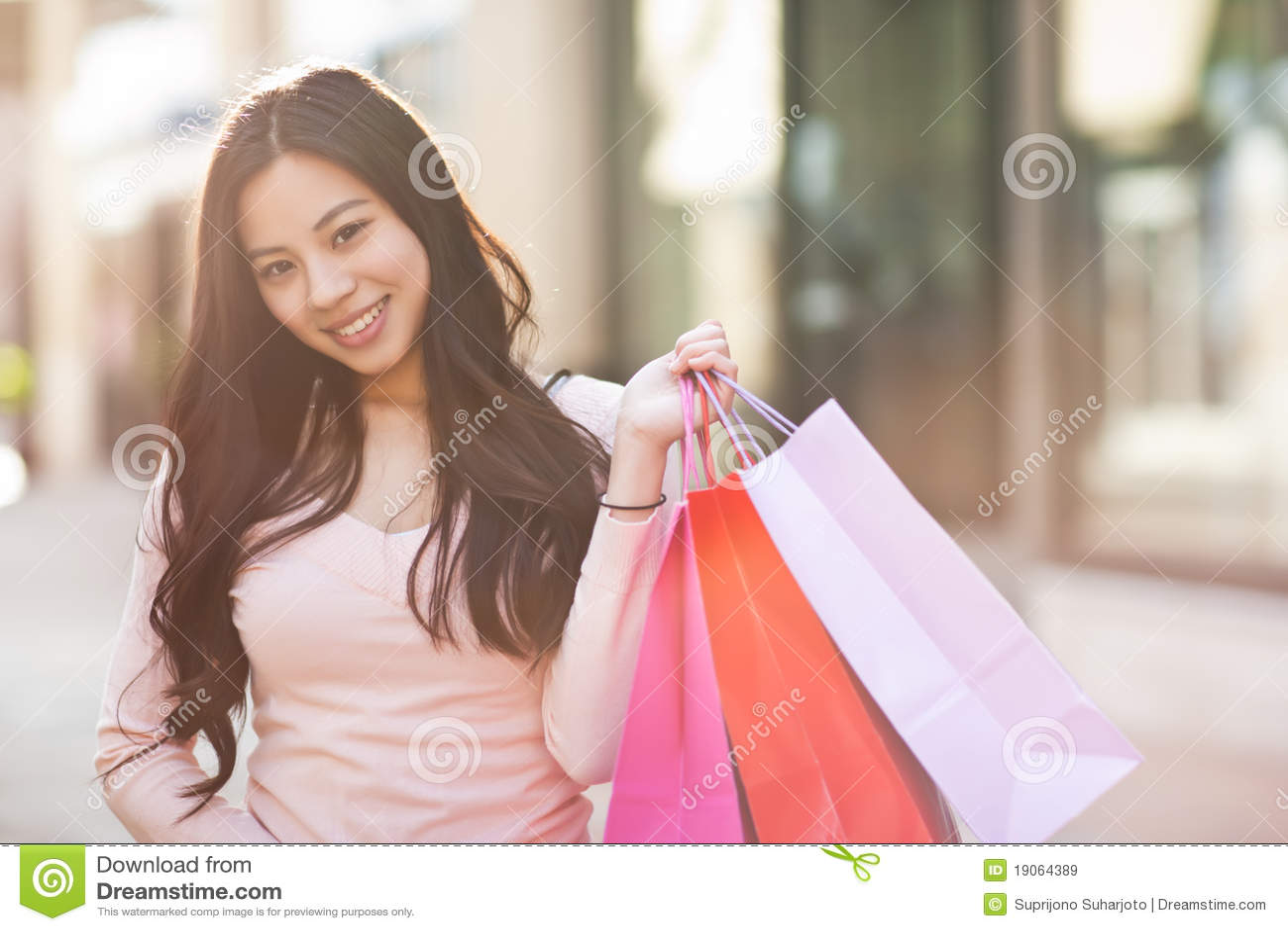Compras asiáticas de la mujer