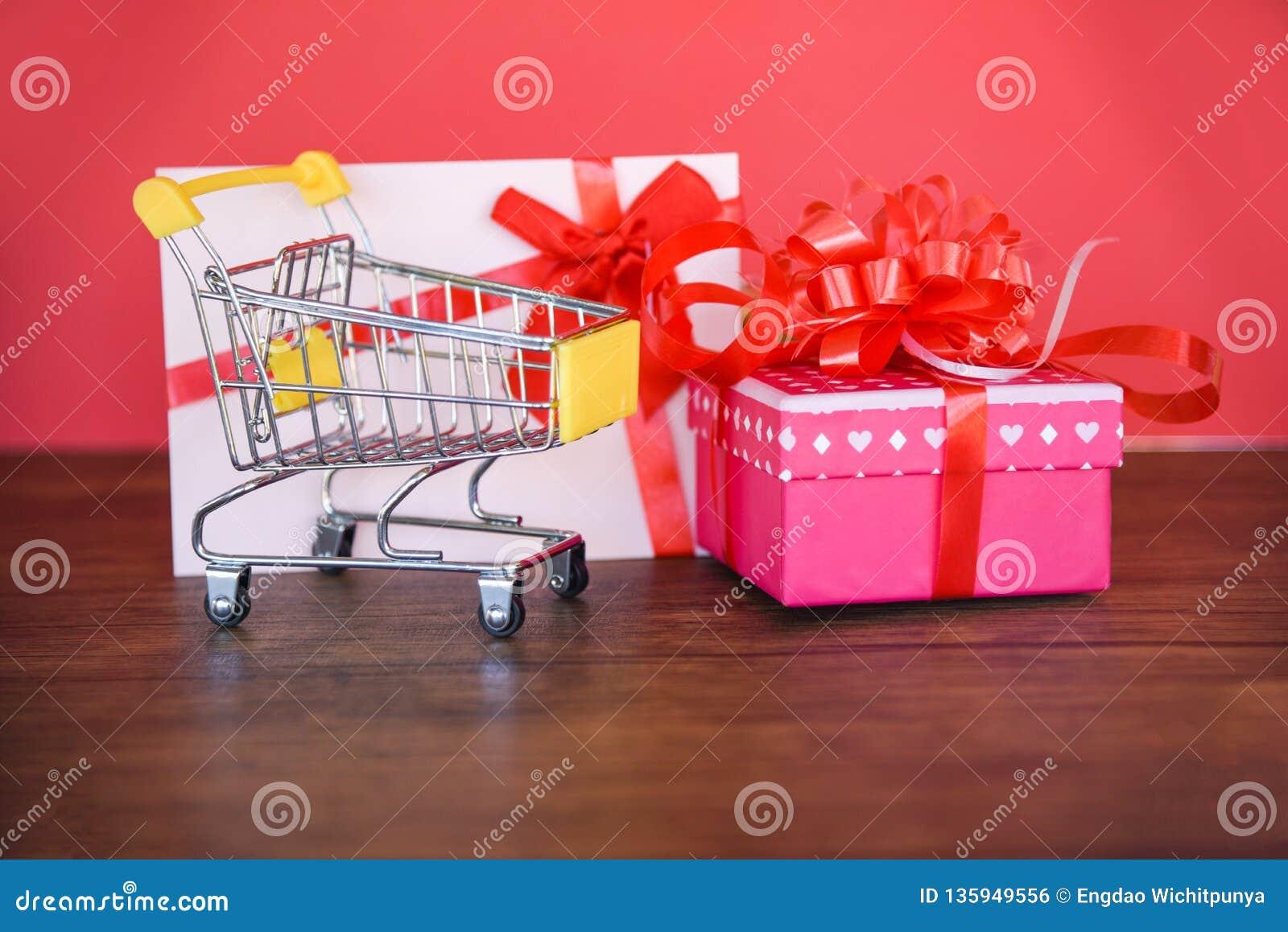 Compras de día de San Valentín y caja del rosa del carro de la compra de la caja de regalo de la tarjeta de regalo actual con la