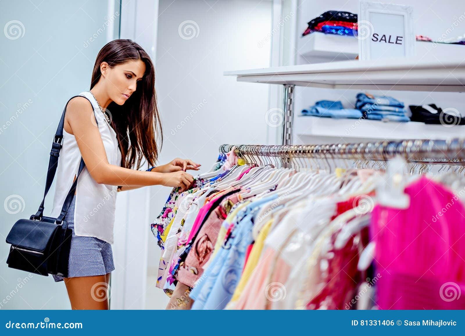 Compras de la muchacha en la alameda