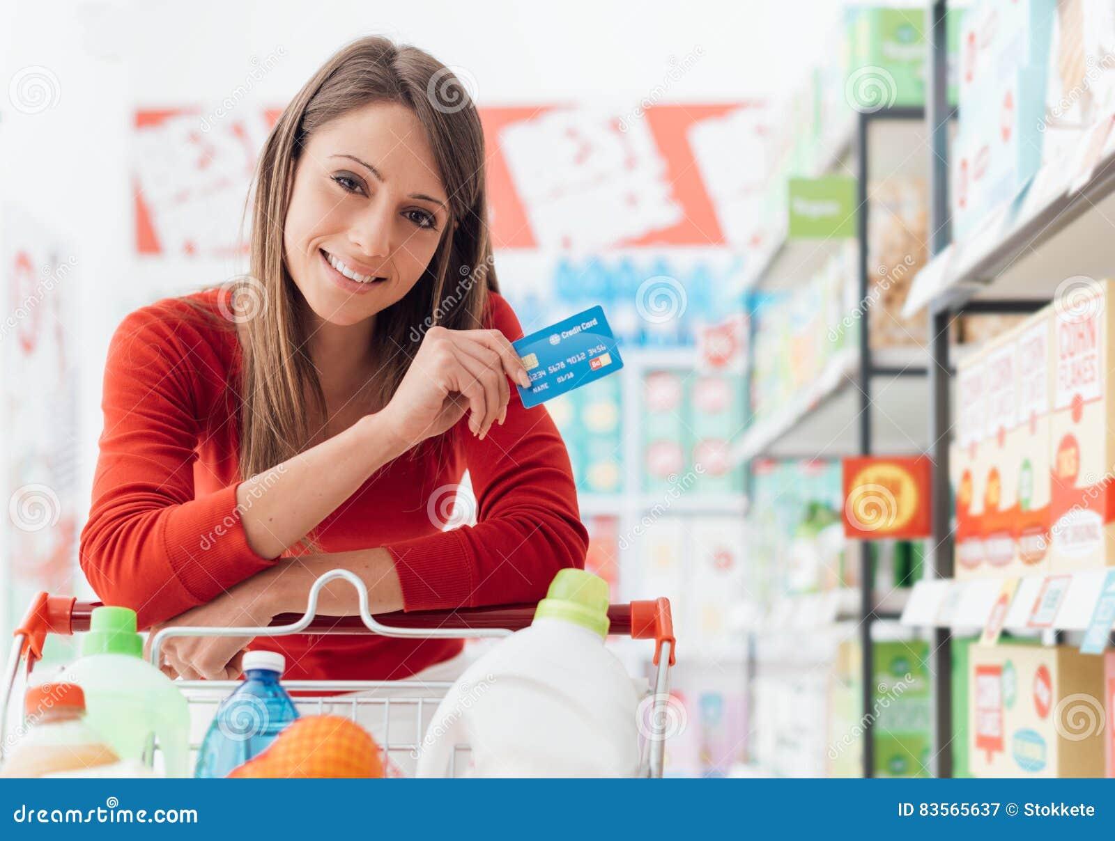 Compras de la mujer con una tarjeta de crédito