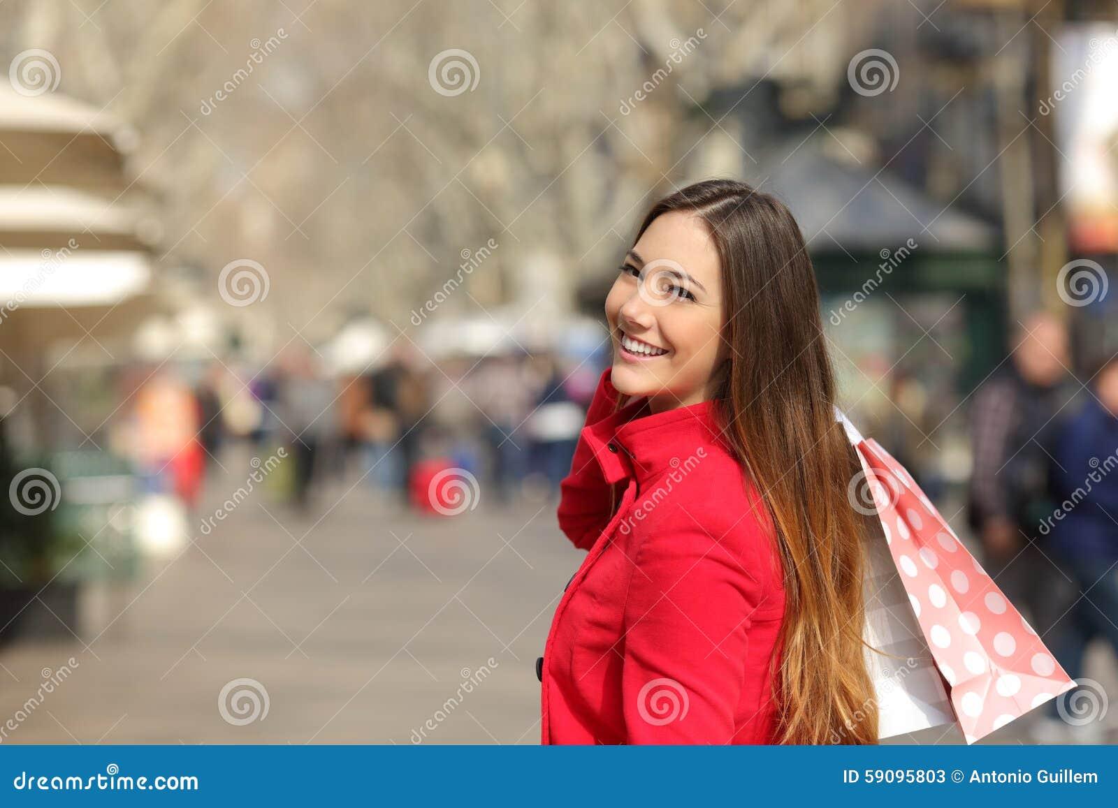 Compras de la mujer del comprador en la calle en invierno