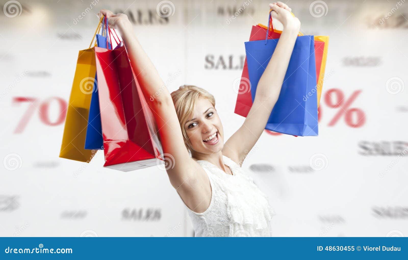 Compras de la mujer durante la estación de las ventas