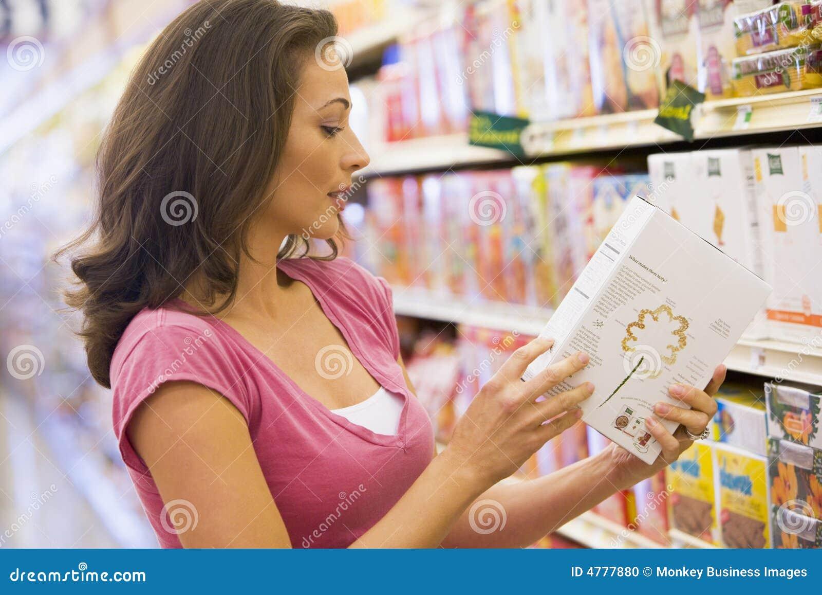 Compras de la mujer en el colmado