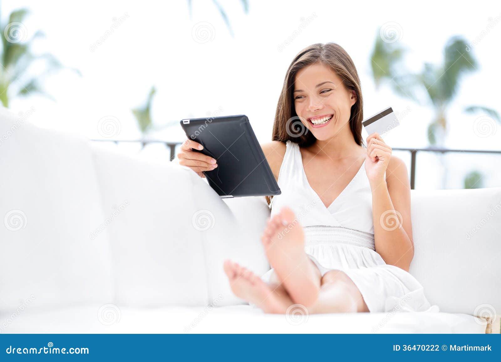 Compras de la mujer en la tableta y la tarjeta de crédito