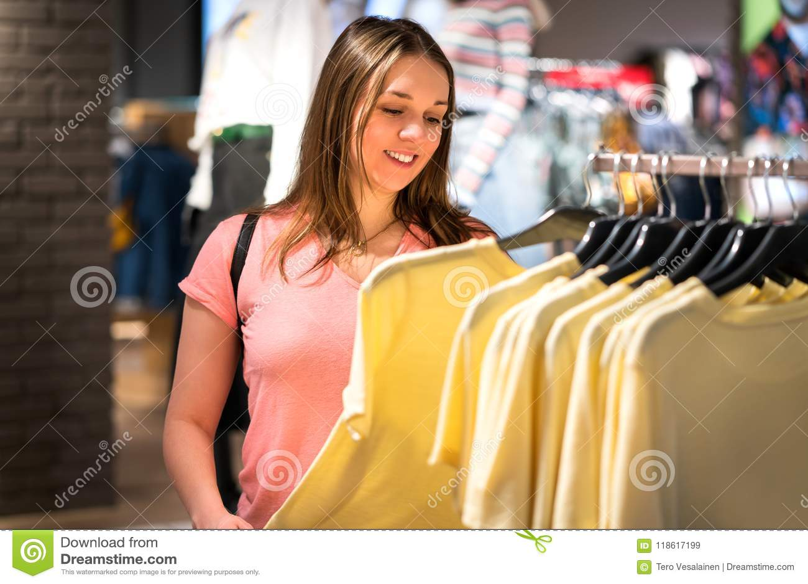 Compras de la mujer en tienda de la moda durante venta y liquidación