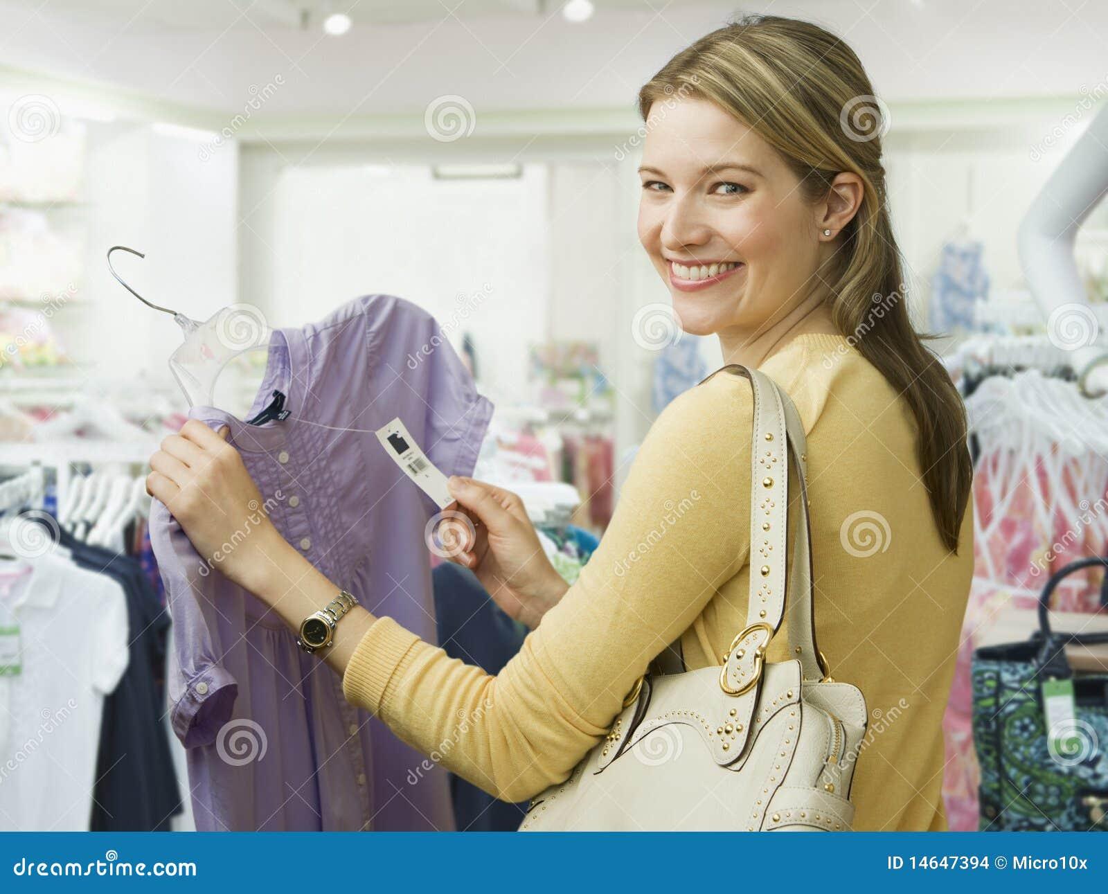 Compras de la mujer para la ropa