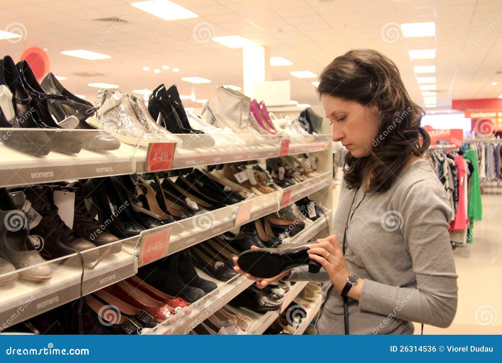Compras de la mujer para los zapatos