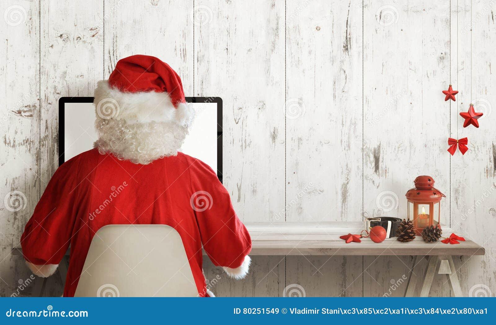 Compras de Santa Claus en el ordenador Tiempo de la venta de la Navidad Espacio libre para el texto