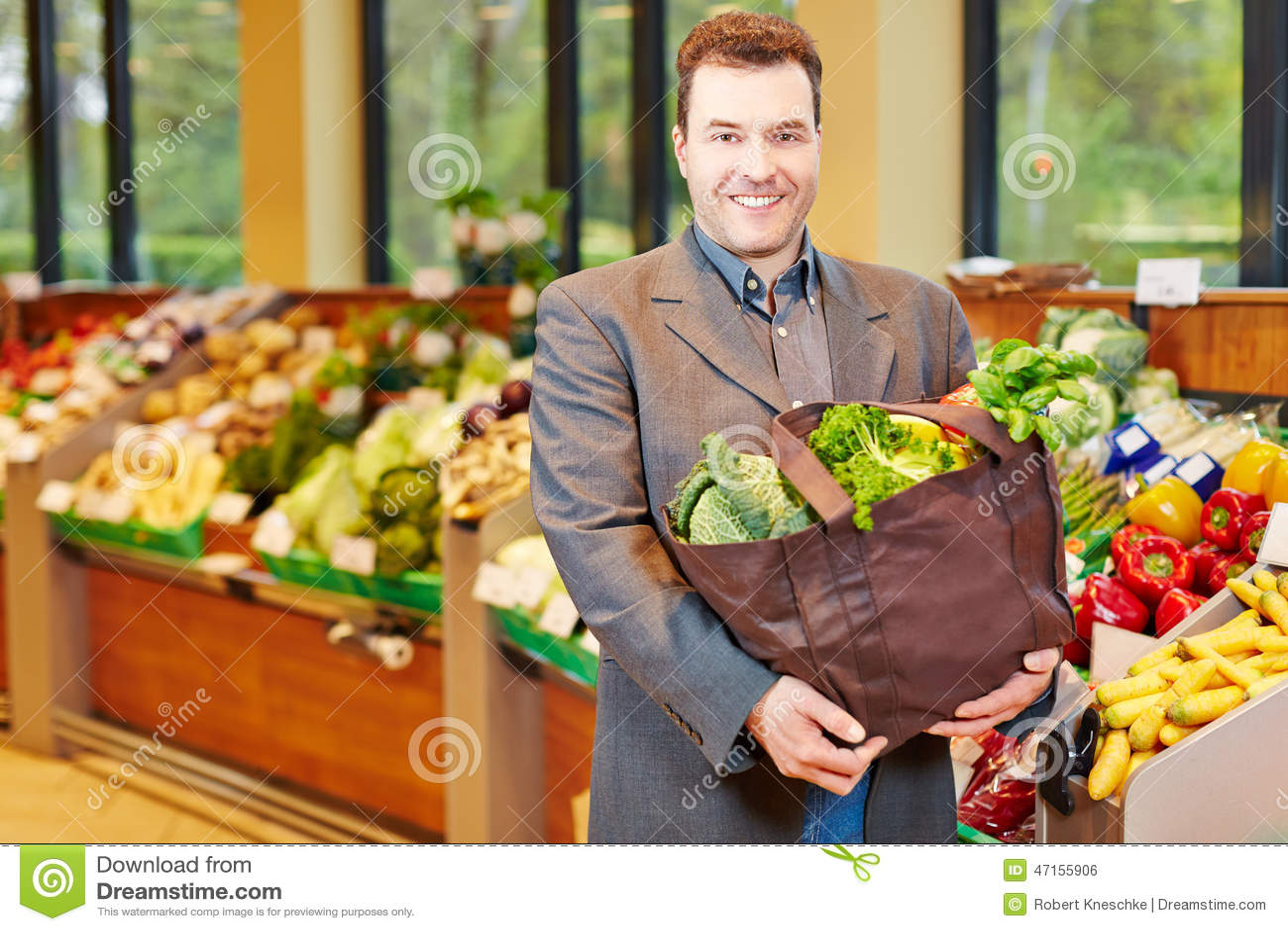 Compras del hombre para las verduras en supermercado