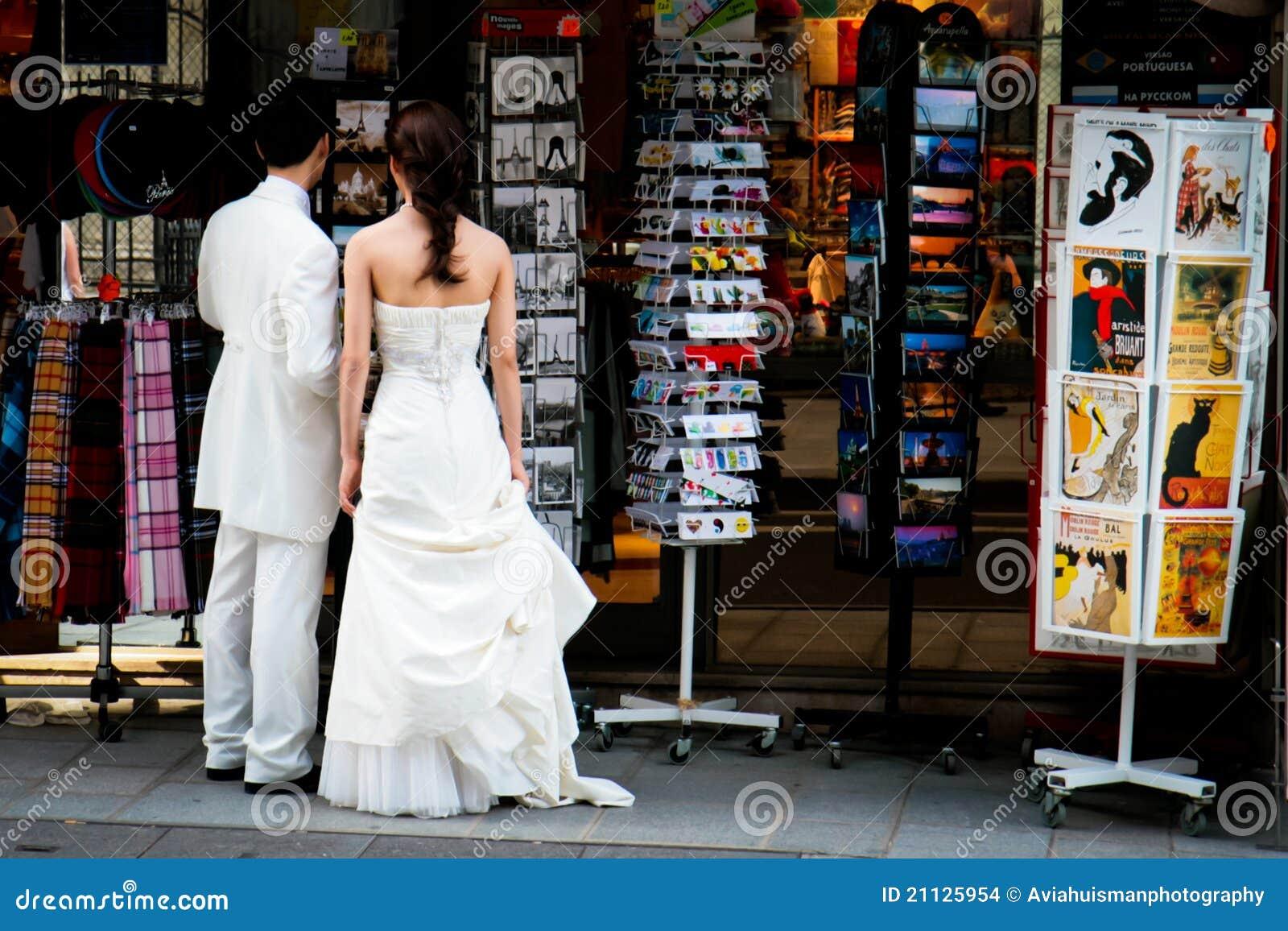 Compras del recuerdo después de Wedding en París