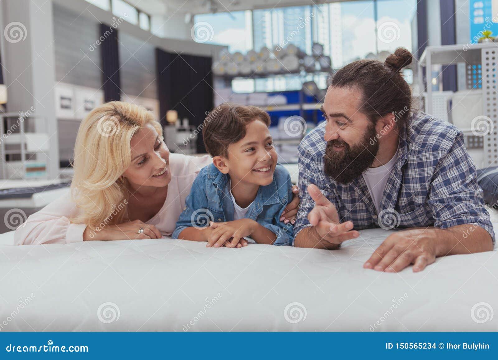 Compras felices de la familia en la tienda de muebles