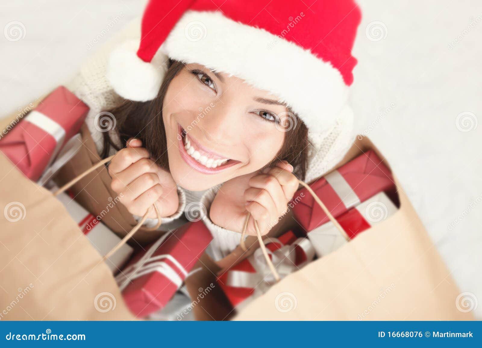 Compras hermosas de la Navidad de la mujer