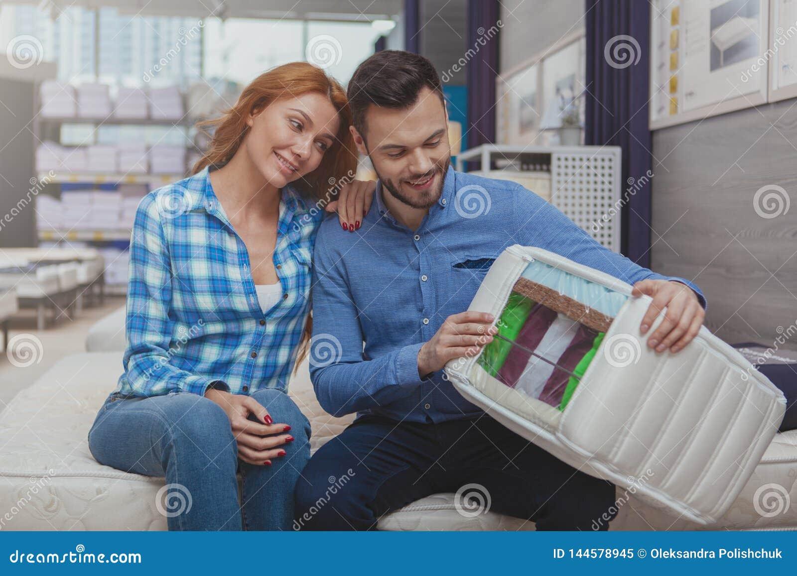 Compras hermosas de los pares para el nuevo colchón en la tienda del mobiliario