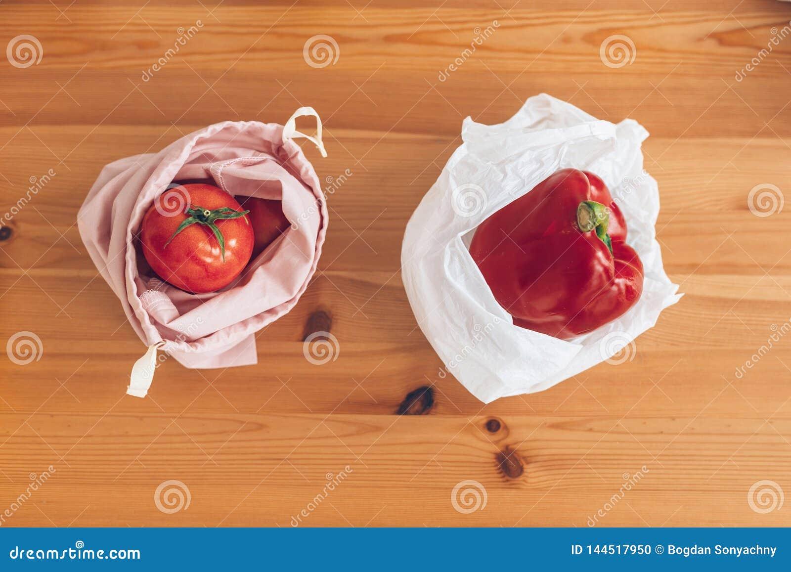 Compras inútiles cero, endecha plana Ultramarinos frescos en bolsos reutilizables del eco y verduras en bolso de polietileno plás