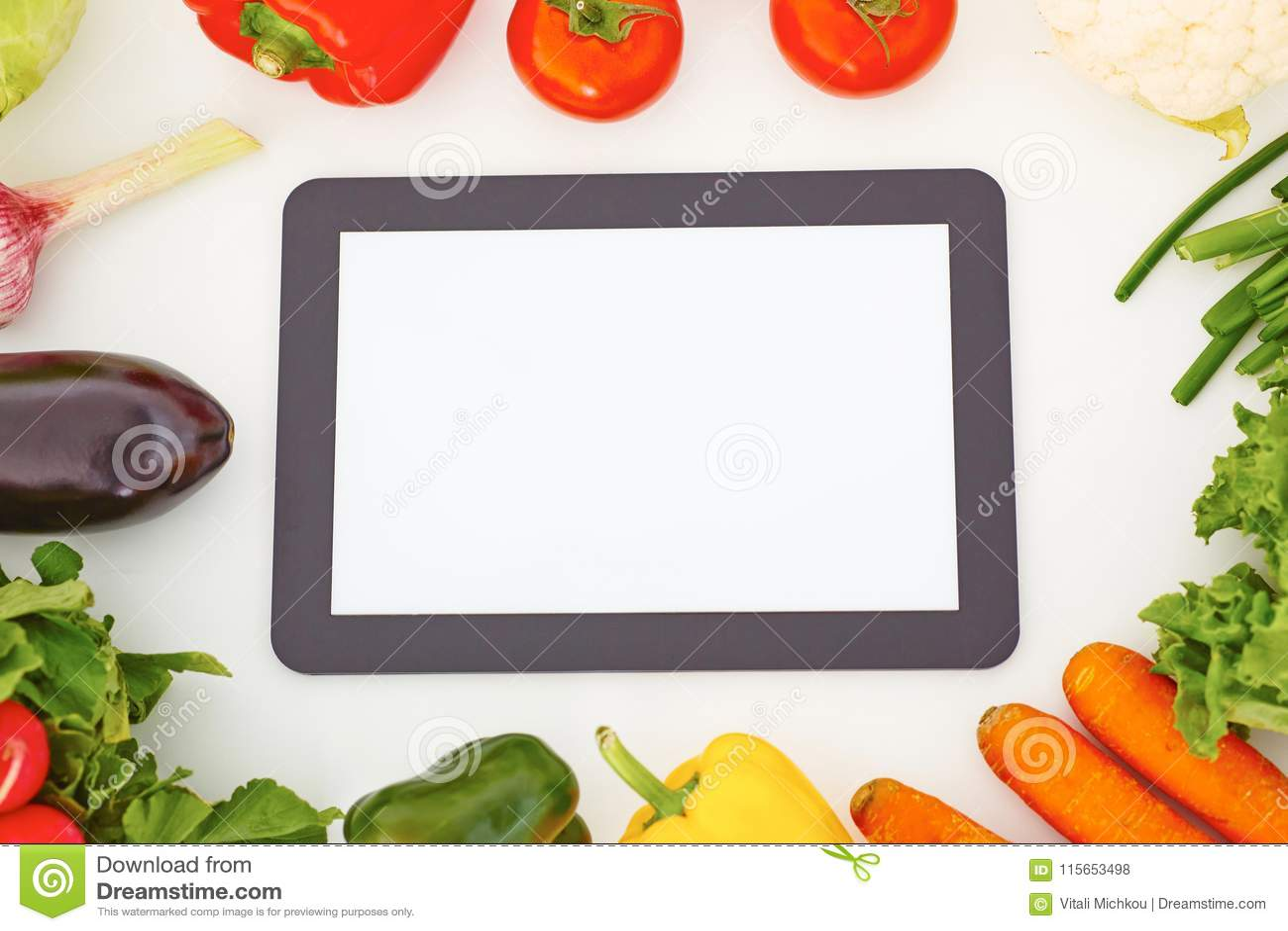Compressa digitale e ortaggi freschi del touch screen in bianco Alimento e concetto di giardinaggio di app
