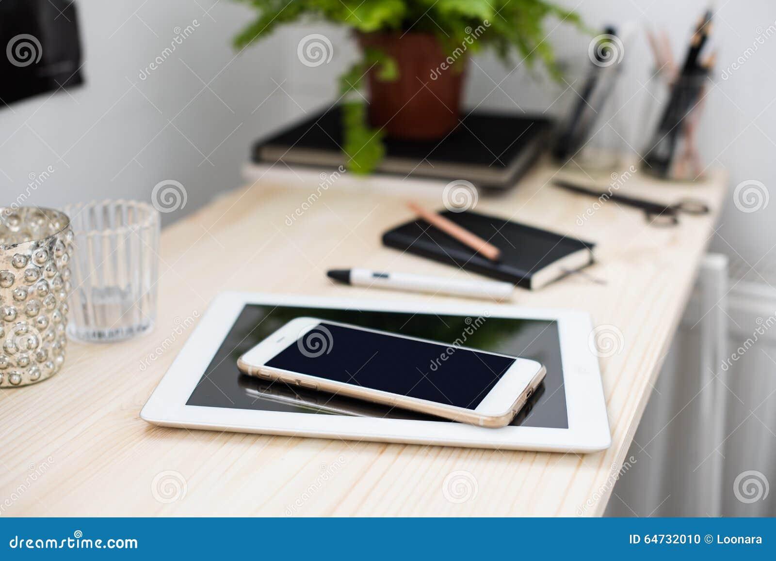 Compressa e smartphone sulla tavola di funzionamento
