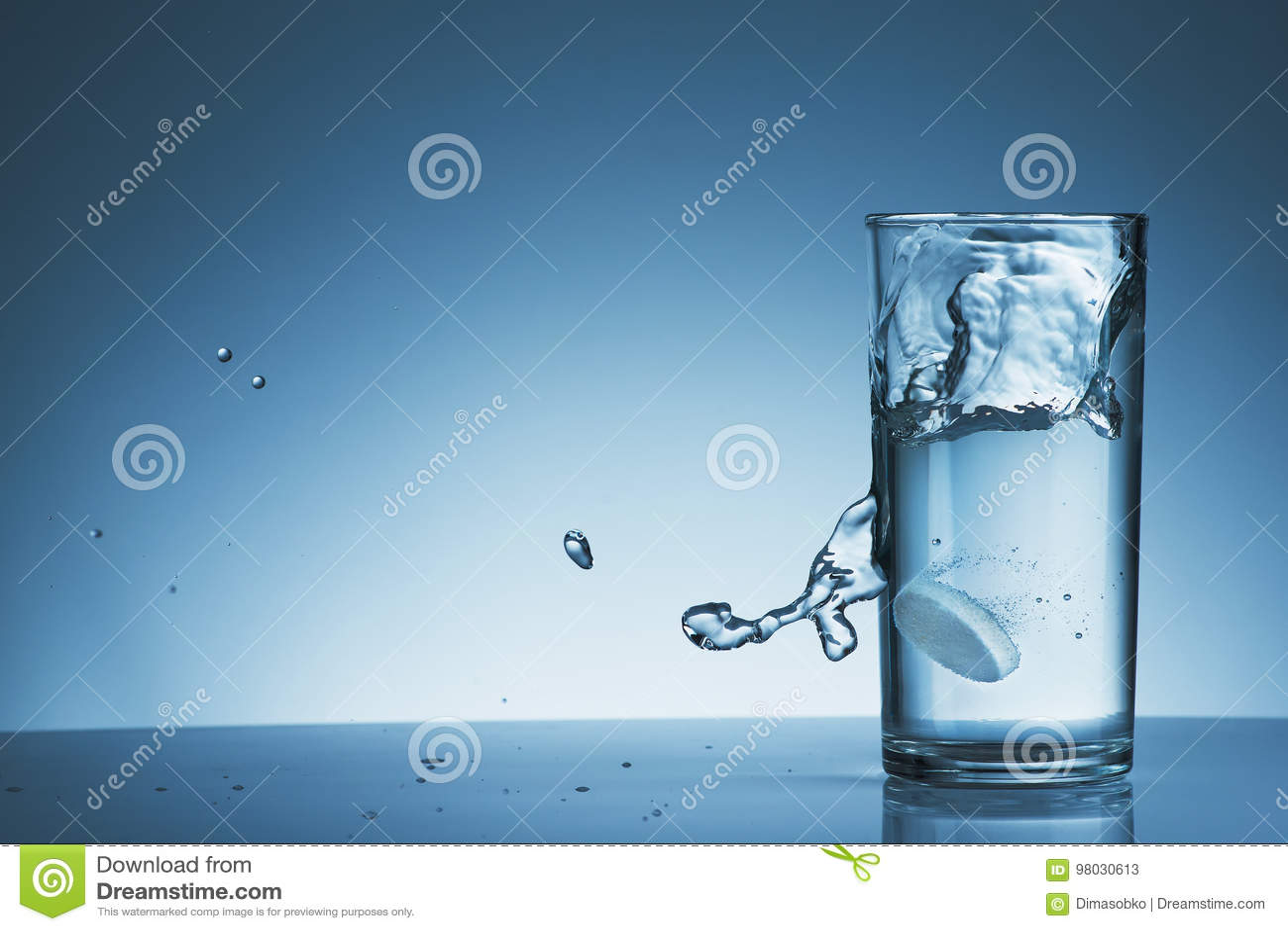 Compressa effervescente in un vetro