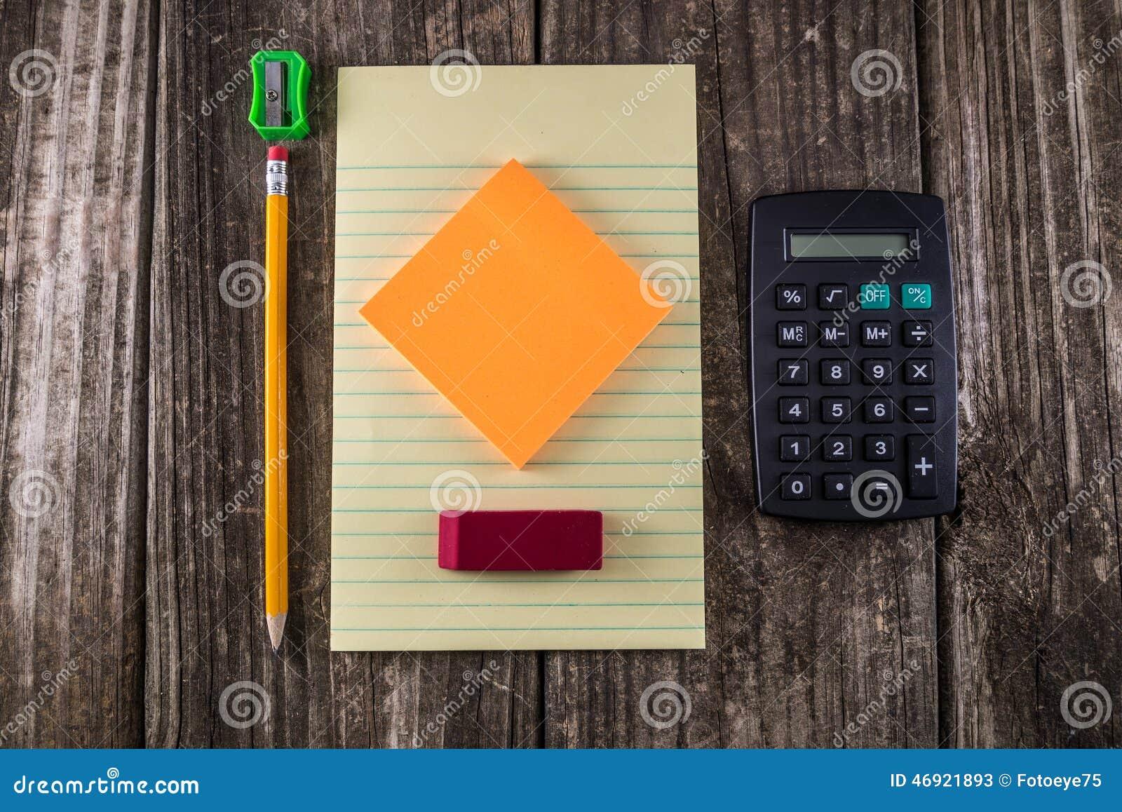 Compressa gialla sullo scrittorio d annata