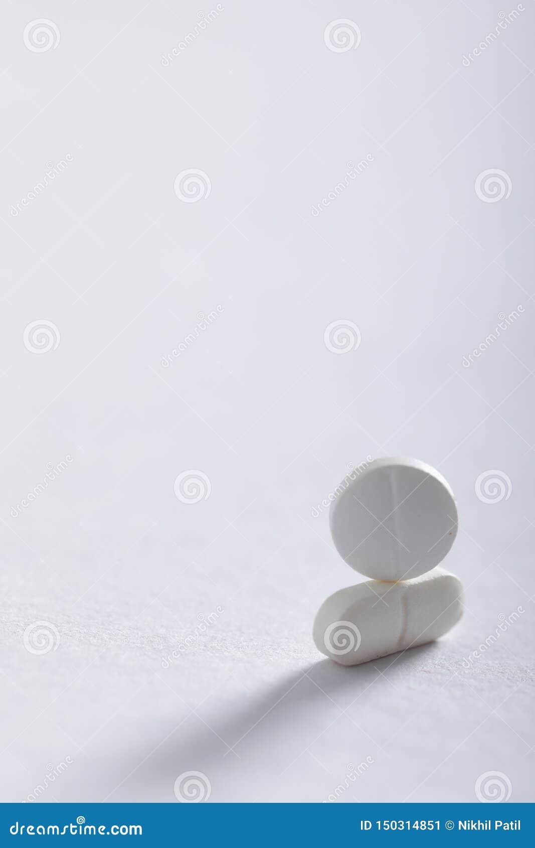 Compresse della medicina su fondo bianco, tema della farmacia