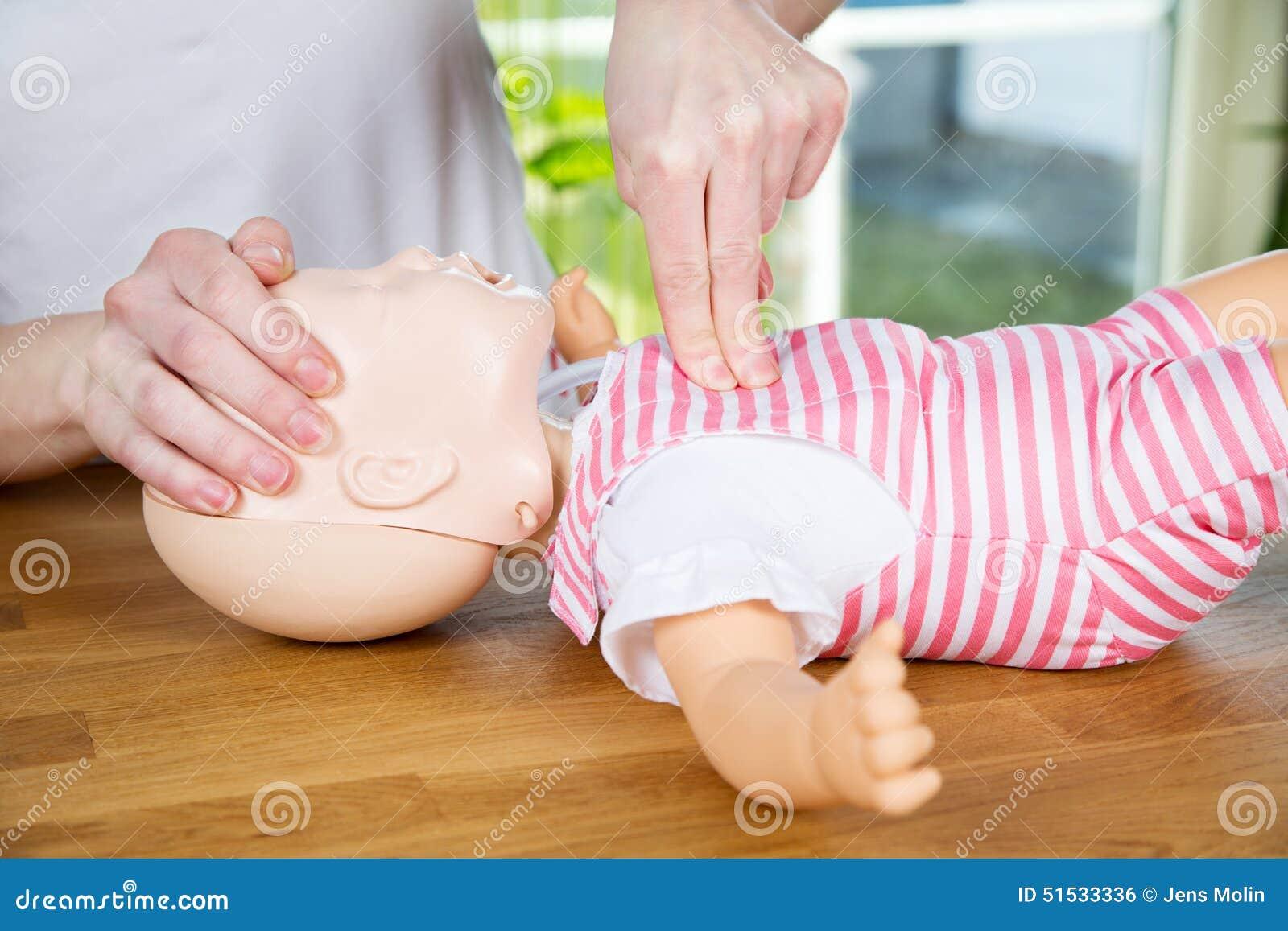 Compression de main de CPR un de bébé