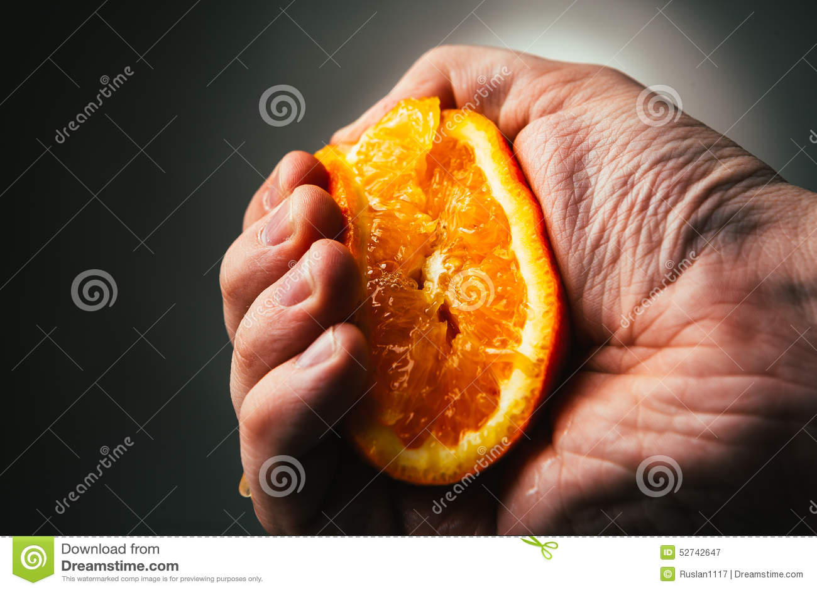 Compressioni drammatiche dell uomo arancio Conceptis stanco da lavoro