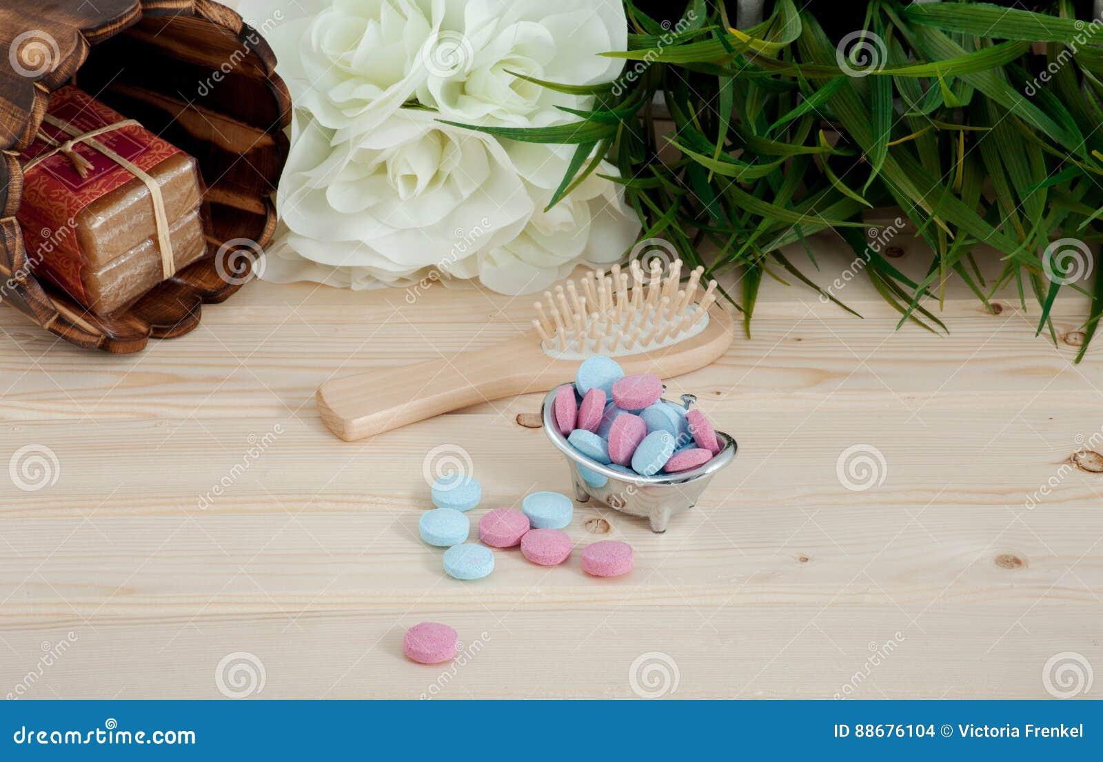Comprimés de couleur de temps de Bath pour des enfants sur le fond en bois