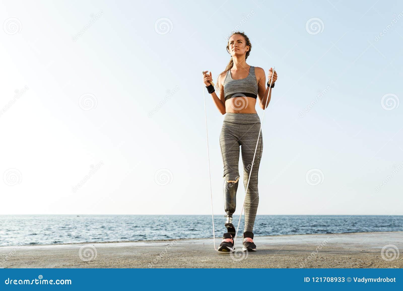 Comprimento completo da mulher deficiente segura do atleta