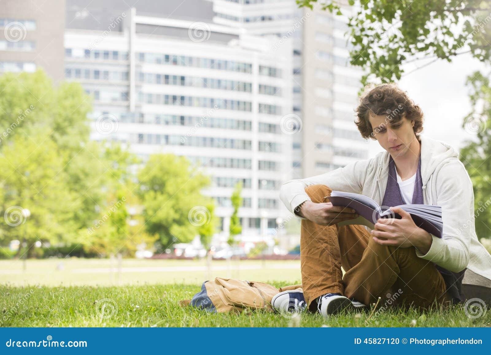 Comprimento completo do livro de leitura do homem novo no terreno da faculdade