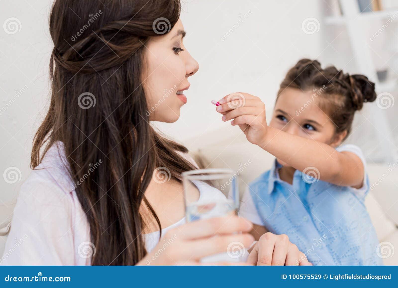 Comprimido de alimentação da menina à mãe