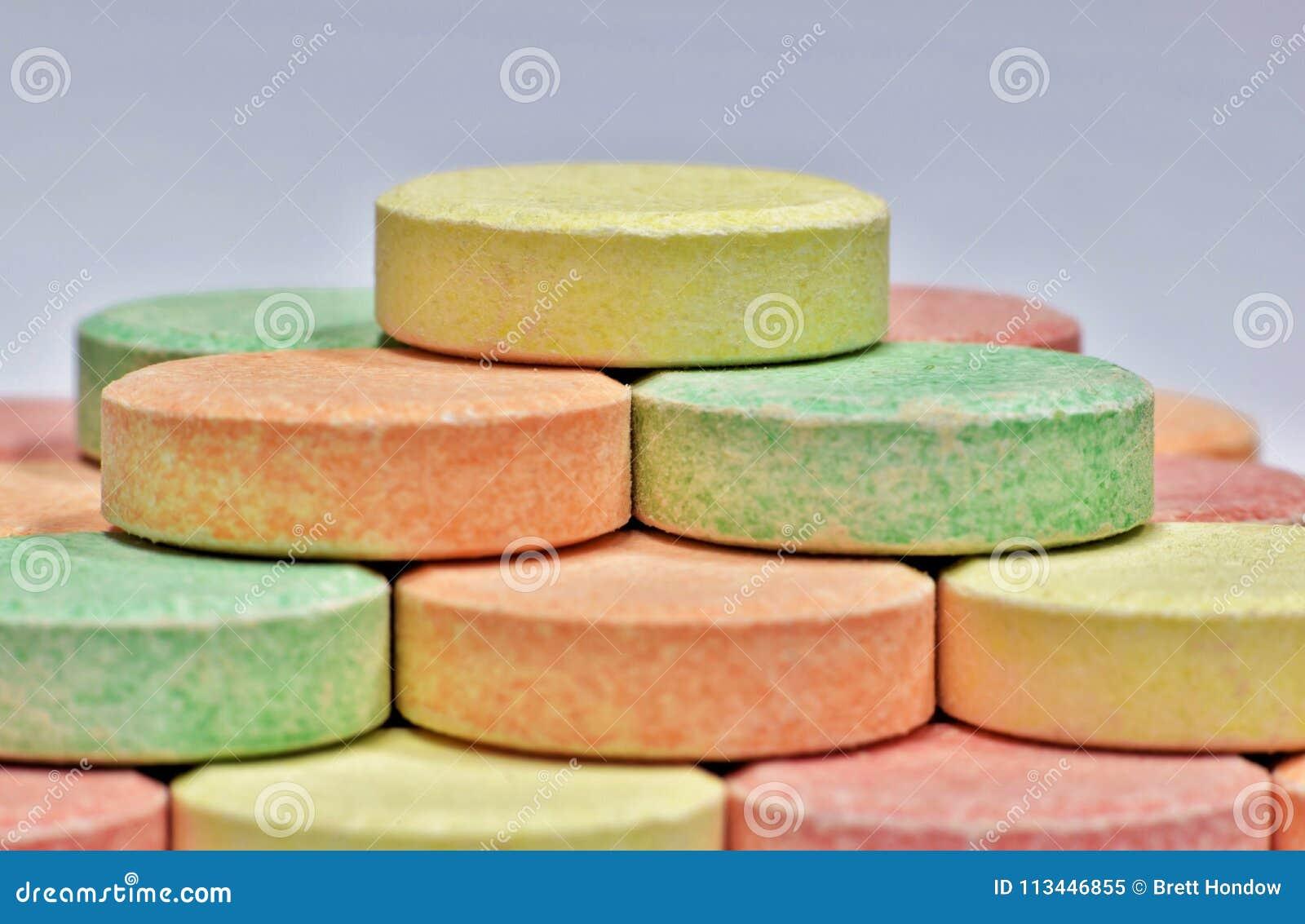 Comprimidos coloridos do antiácido em uma pirâmide
