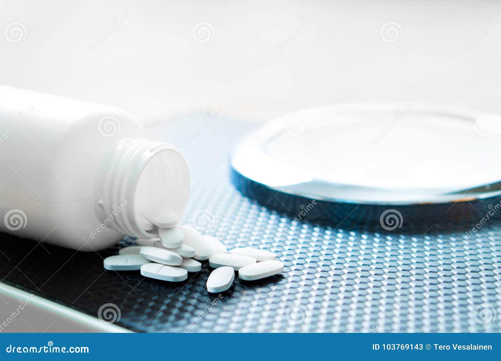 Comprimidos da perda de peso em uma escala Medicina da dieta