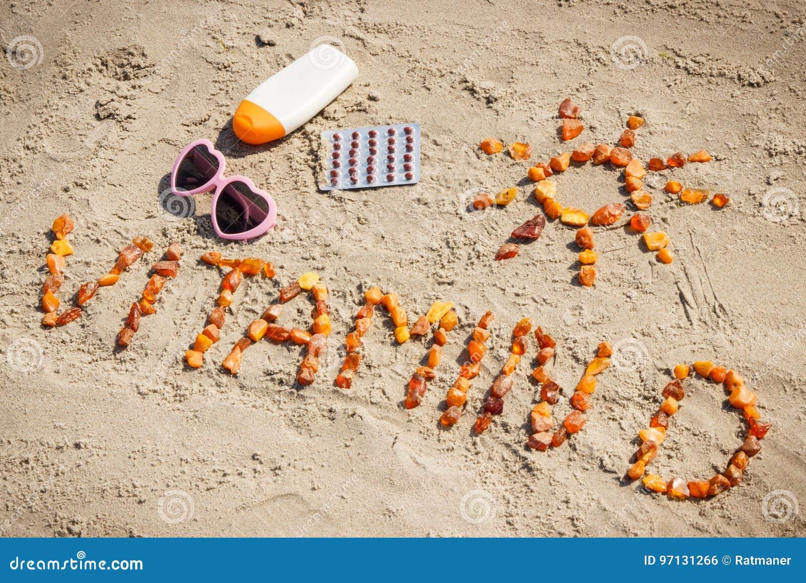 Comprimidos, vitamina D da inscrição e acessórios médicos para tomar sol na praia, prevenção da deficiência da vitamina D