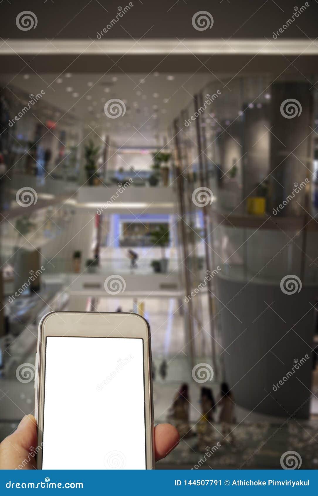 Comprobación de un teléfono móvil mientras que hace compras