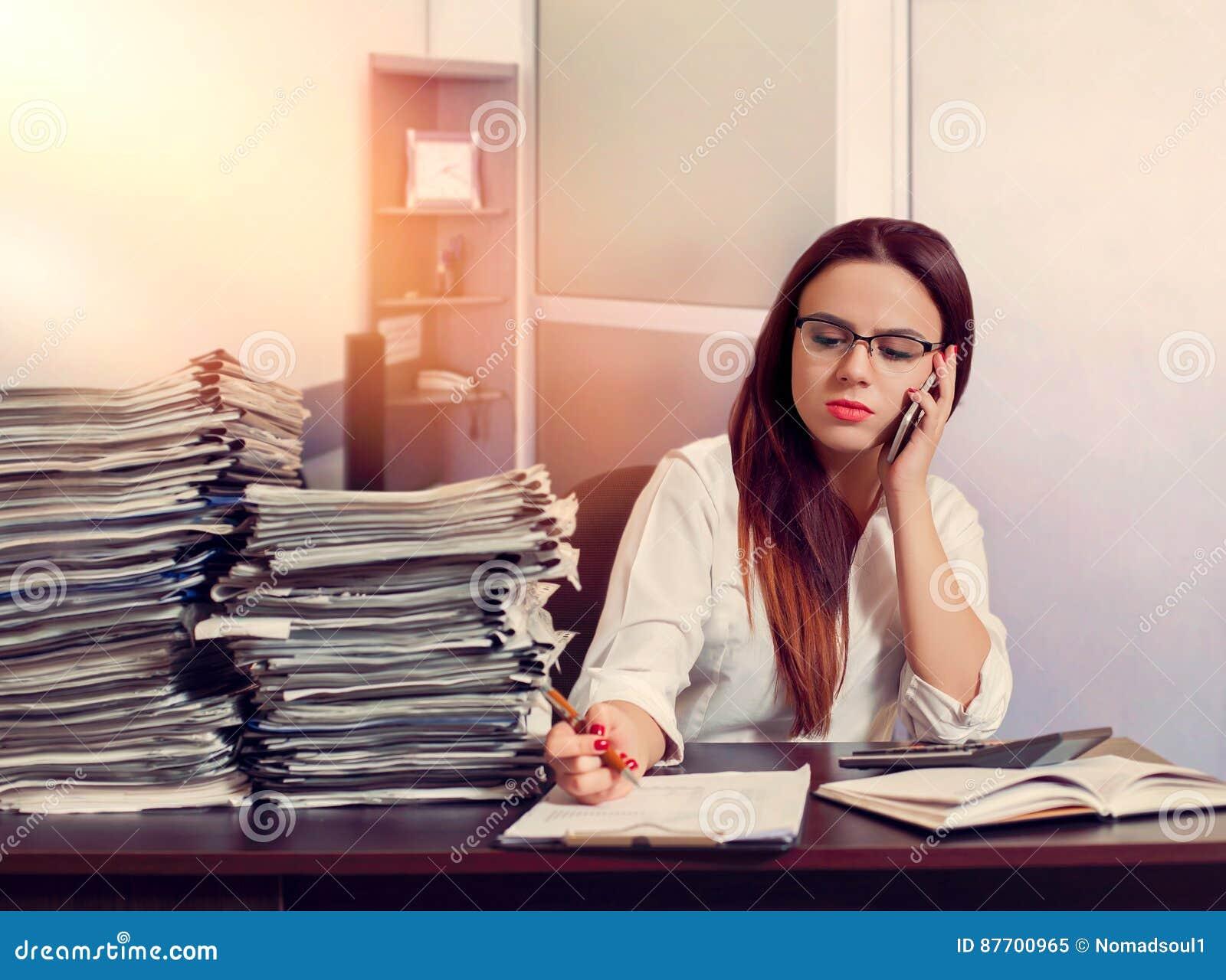 Comptable de femme à l aide du téléphone portable sur le lieu de travail