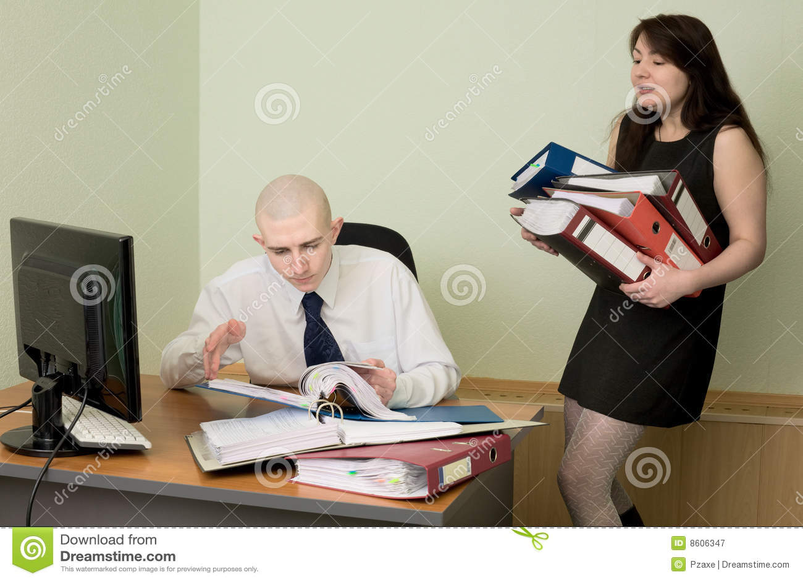 Comptable et le secrétaire sur un lieu de travail
