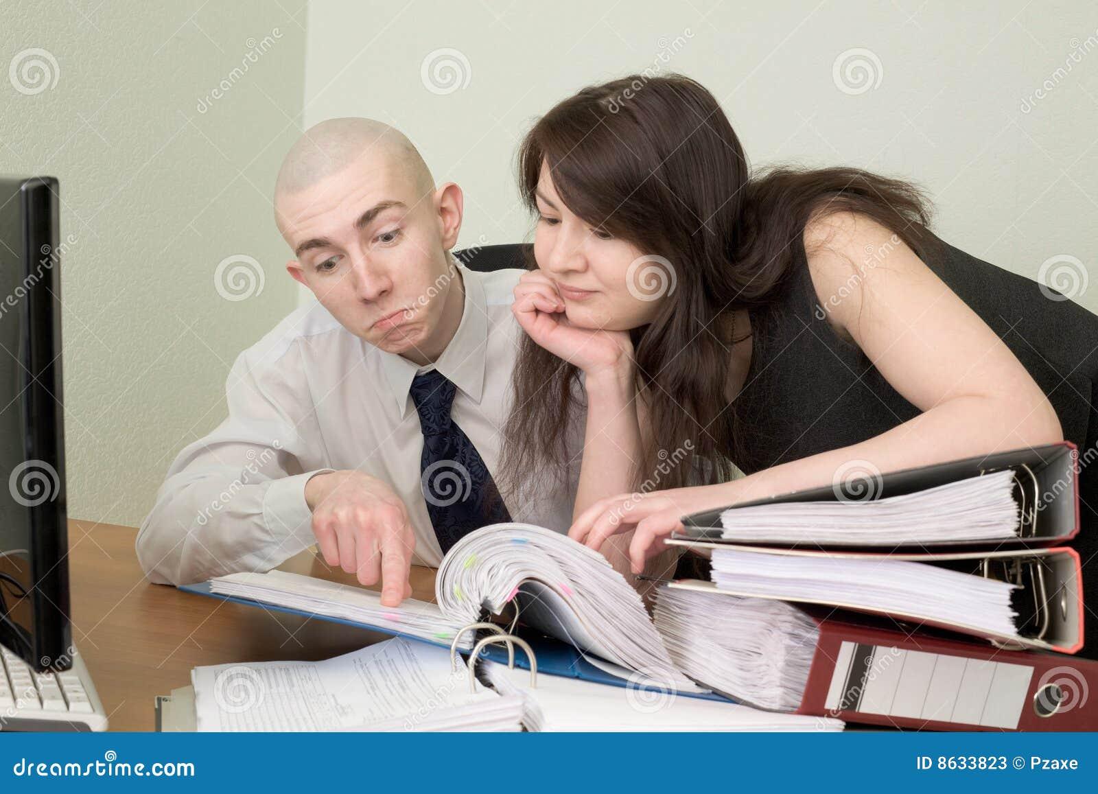 comptable et le secr taire sur un lieu de travail photos stock image 8633823. Black Bedroom Furniture Sets. Home Design Ideas