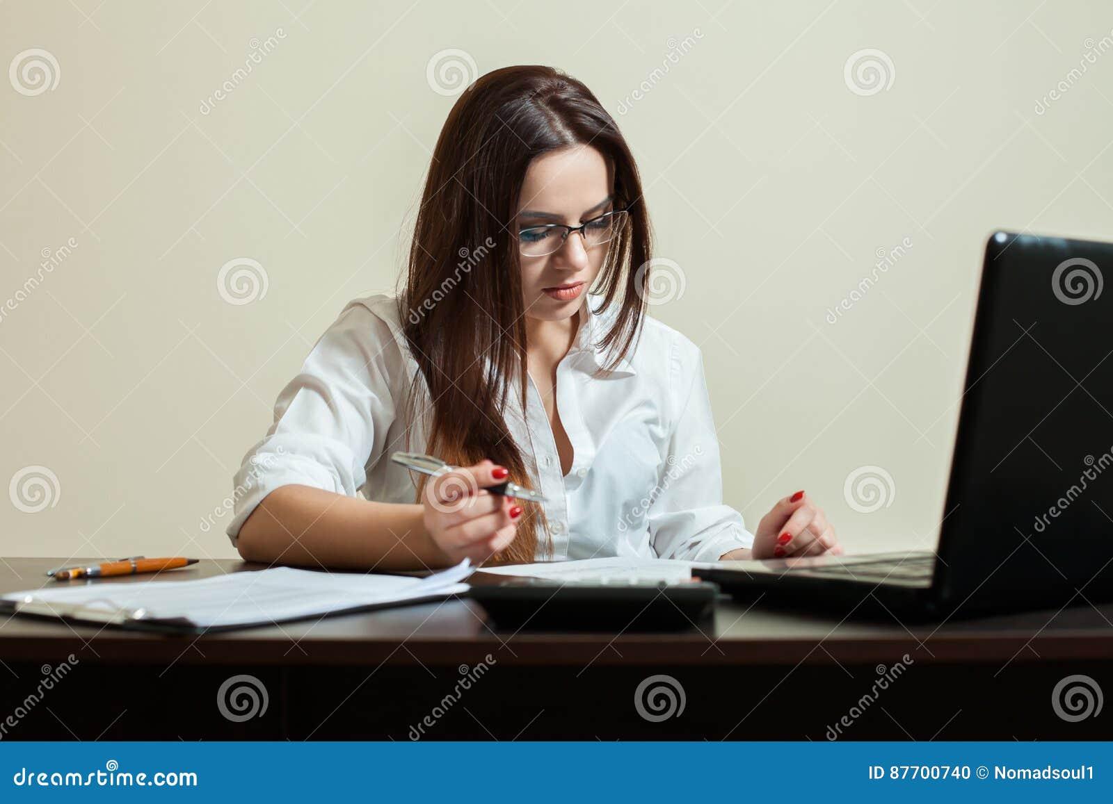 Comptable féminin en verres utilisant l ordinateur portable