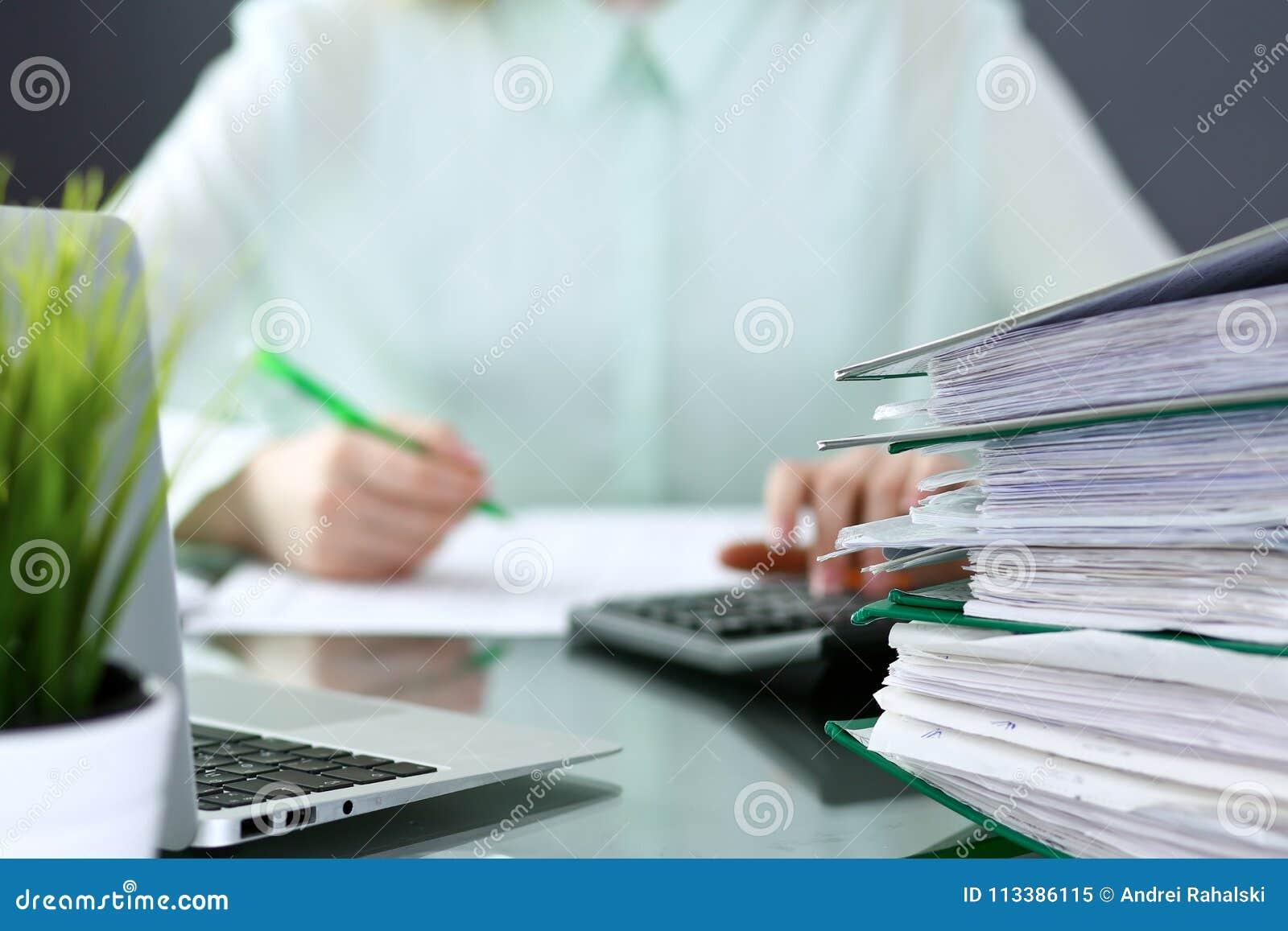 Comptable ou inspecteur financier rédigeant le rapport, calculant ou vérifiant l équilibre Reliures avec le plan rapproché de pap