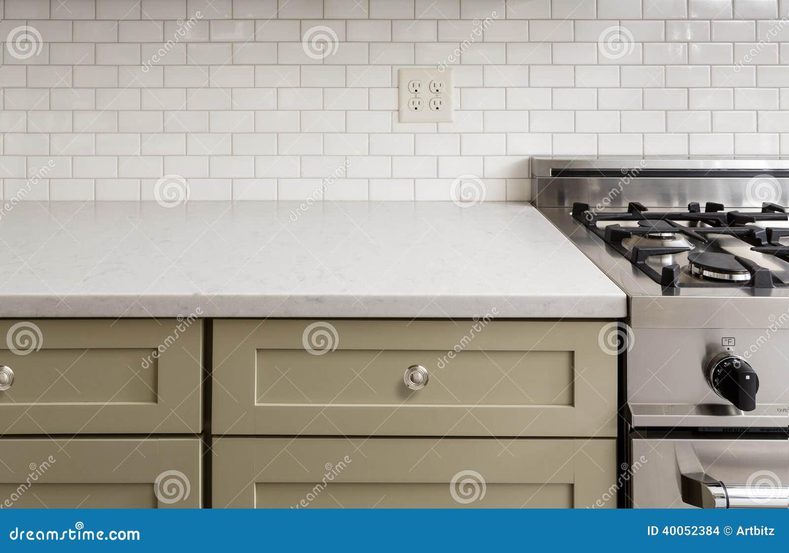 Comptoir de cuisine avec la tuile fourneau de four d La cuisine de comptoir