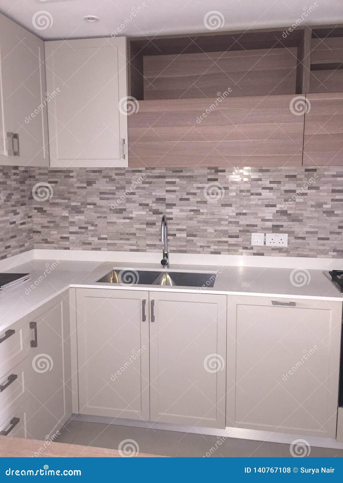 Comptoir de cuisine blanc tout neuf avec l évier Vue des armoires et du stockage