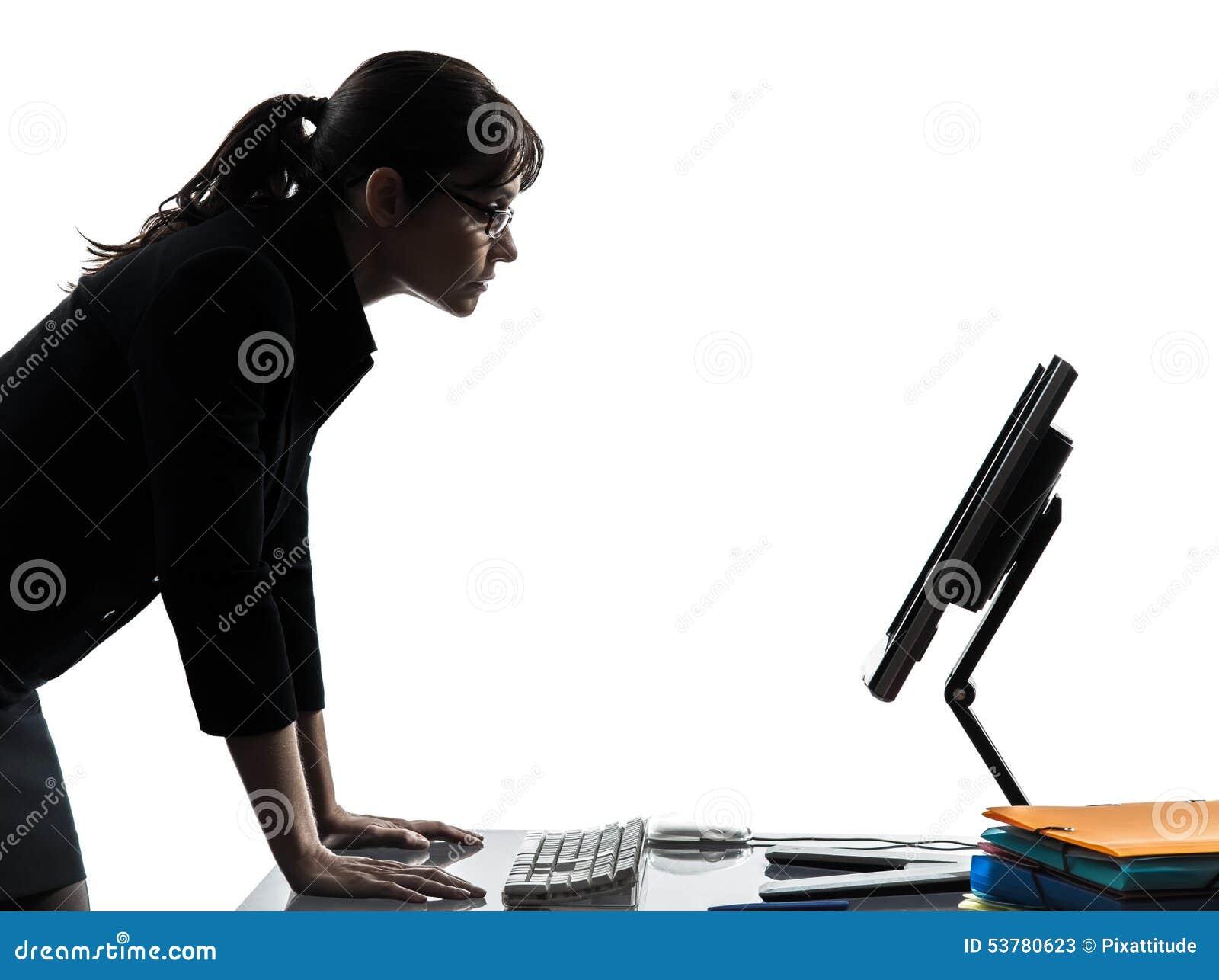 Computação do computador da mulher de negócio séria