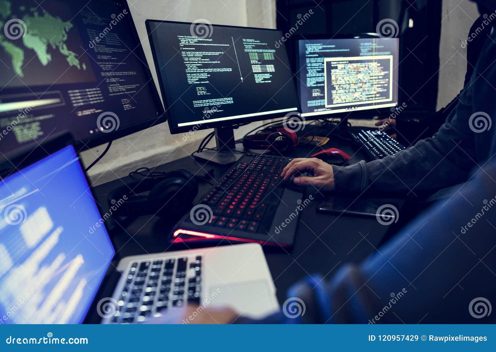 Computador diverso dos povos que corta o tiro