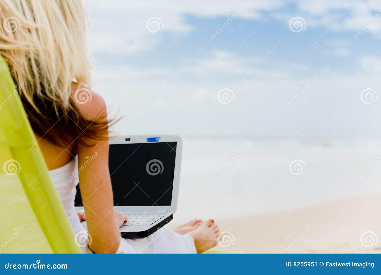 Computador na praia