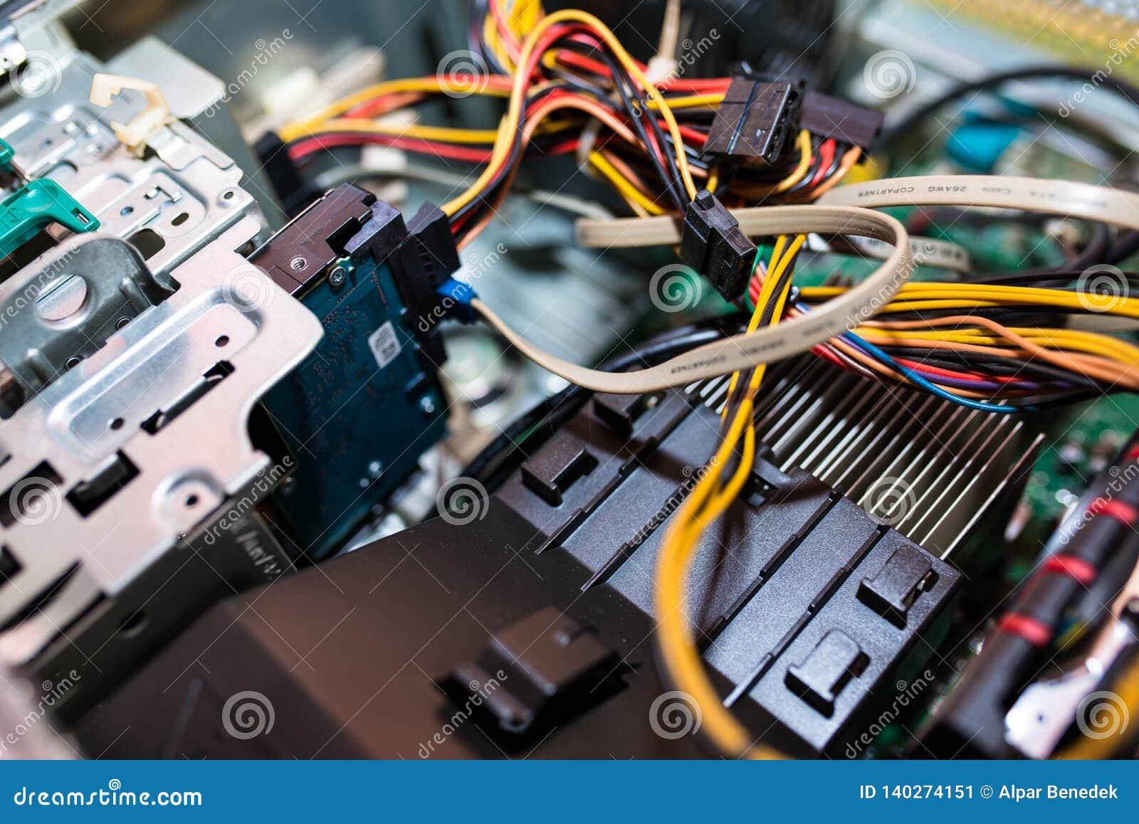 Computador pessoal aberto, componentes visíveis