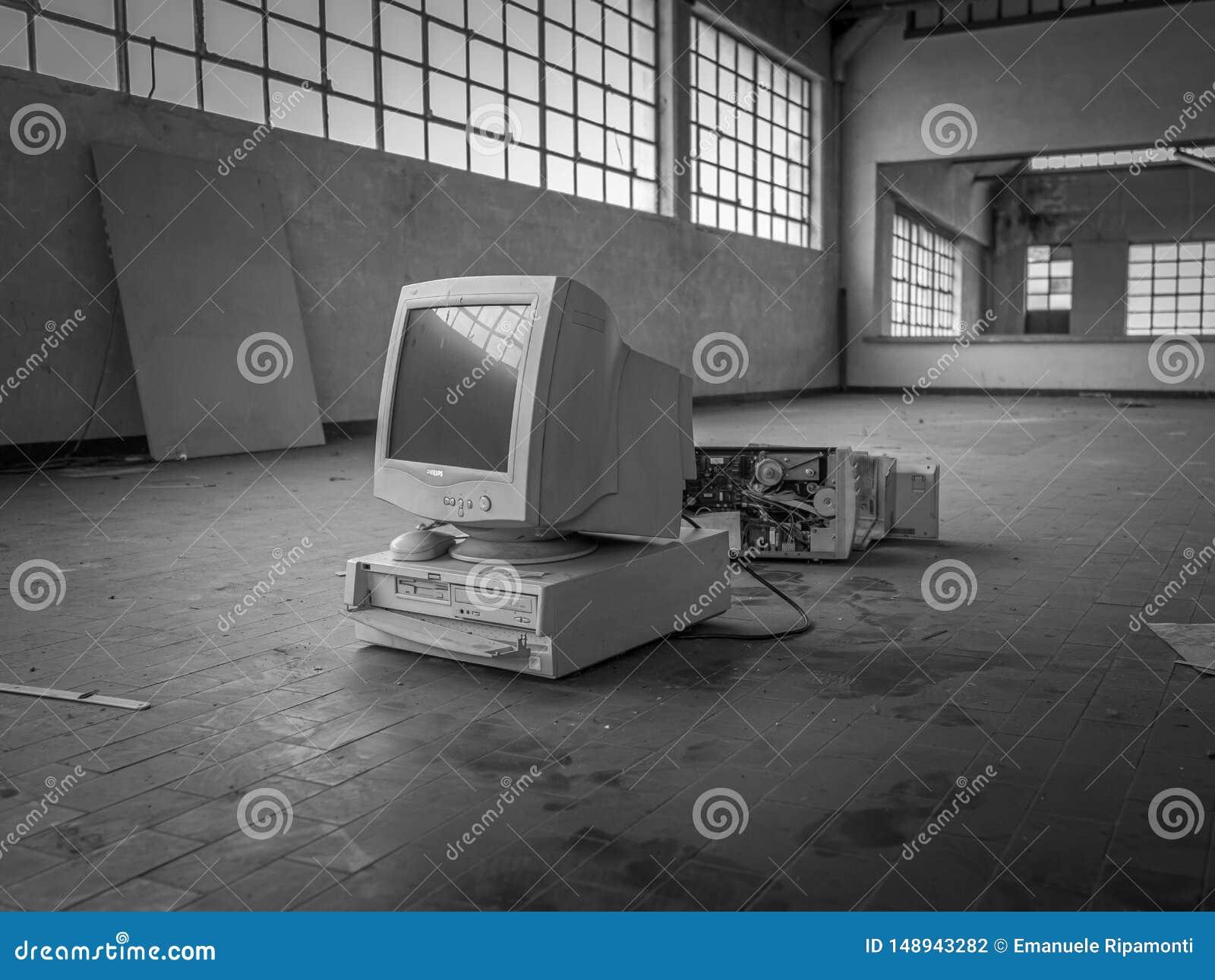 Computador velho da geração no armazém, preto e branco