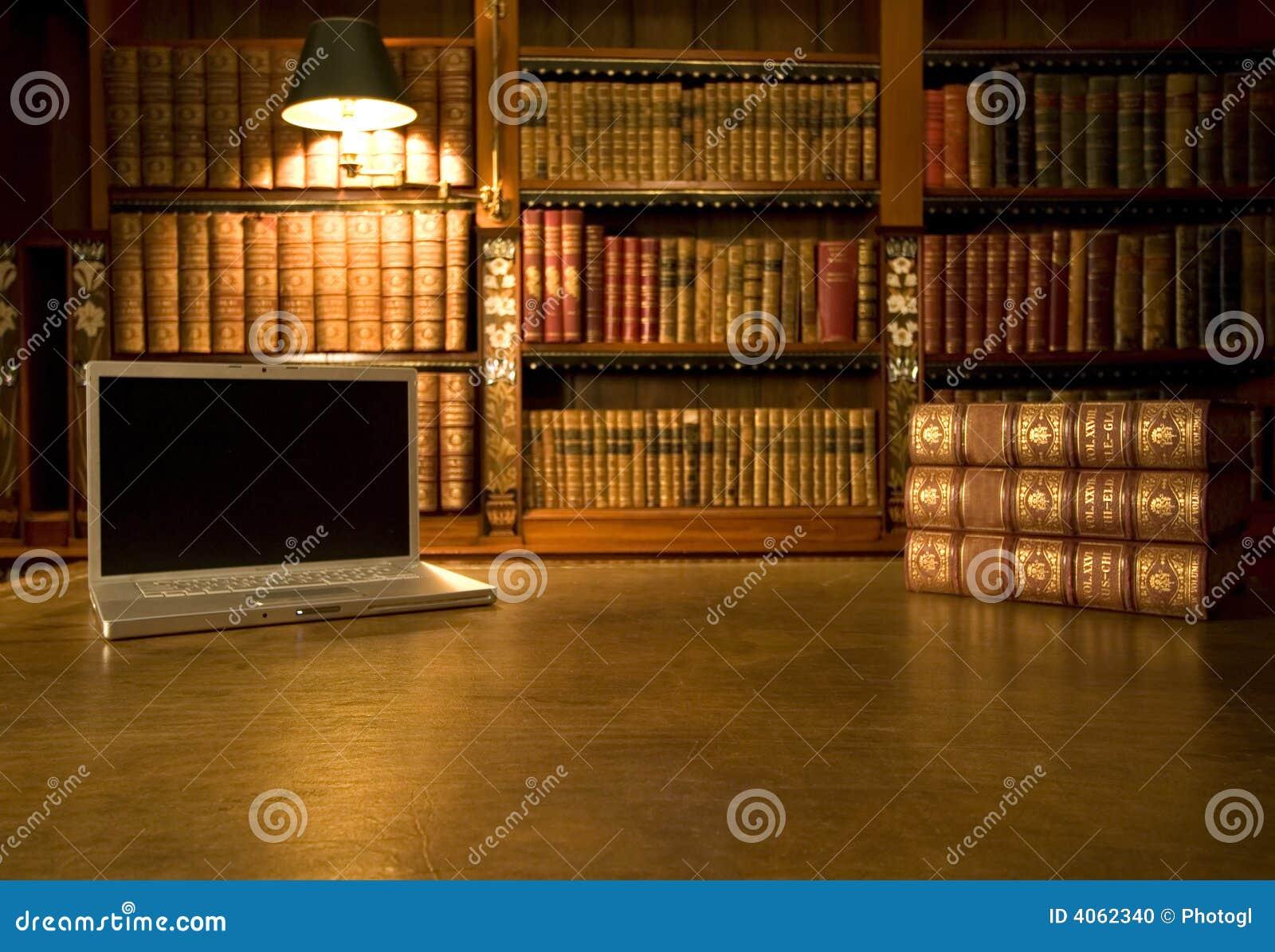 Computadora portátil en biblioteca clásica