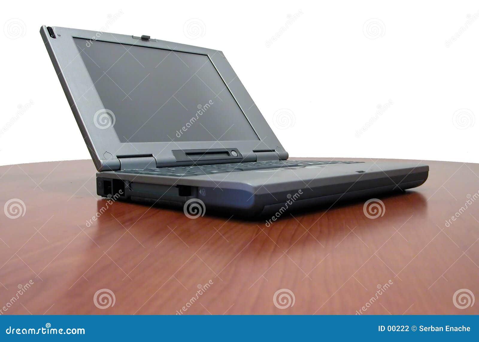 Computadora portátil en el escritorio de la cereza