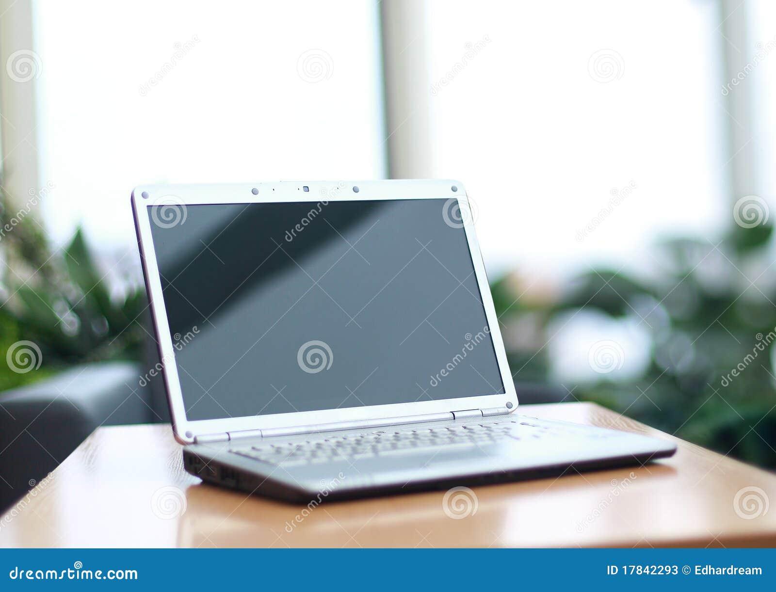 Computadora port til fina en el escritorio de oficina for Oficina portatil